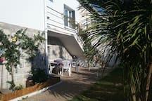 L'entrée de la maison (jardin 1)