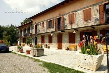 Motel riservato in villa con parco - Bubbio