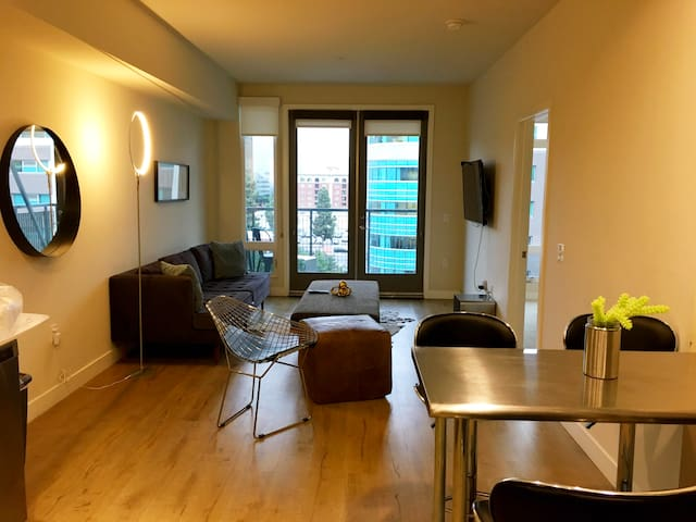 CLEAN, COOL CONDO WITH VIEWS-central, finance dist