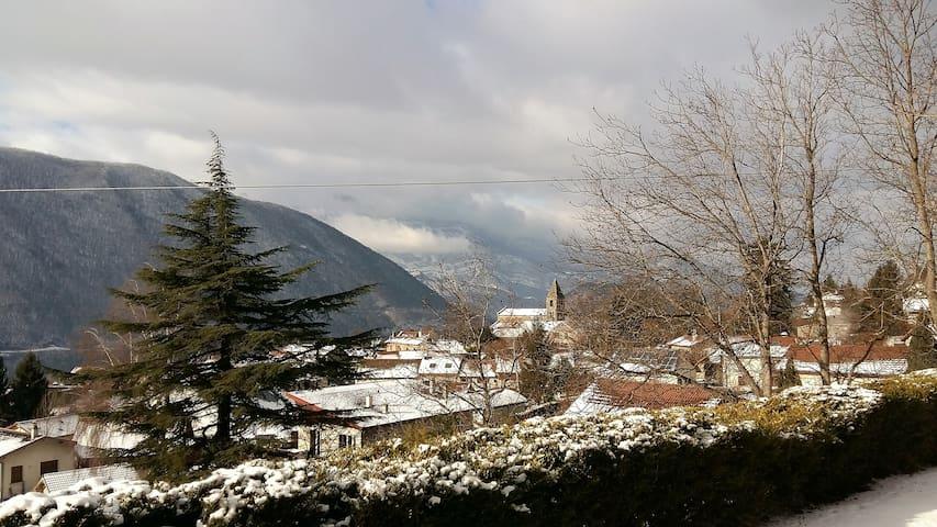 Maison à la campagne avec vue sur les montagnes