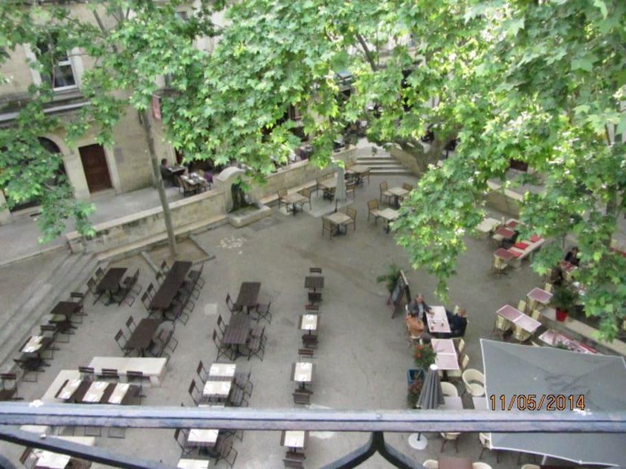 La vue de la cuisine et du salon, sur la place de la Chapelle Neuve.
