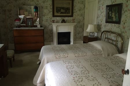 Nana's Room in the Farmhouse at Millstone Hill - Bed & Breakfast