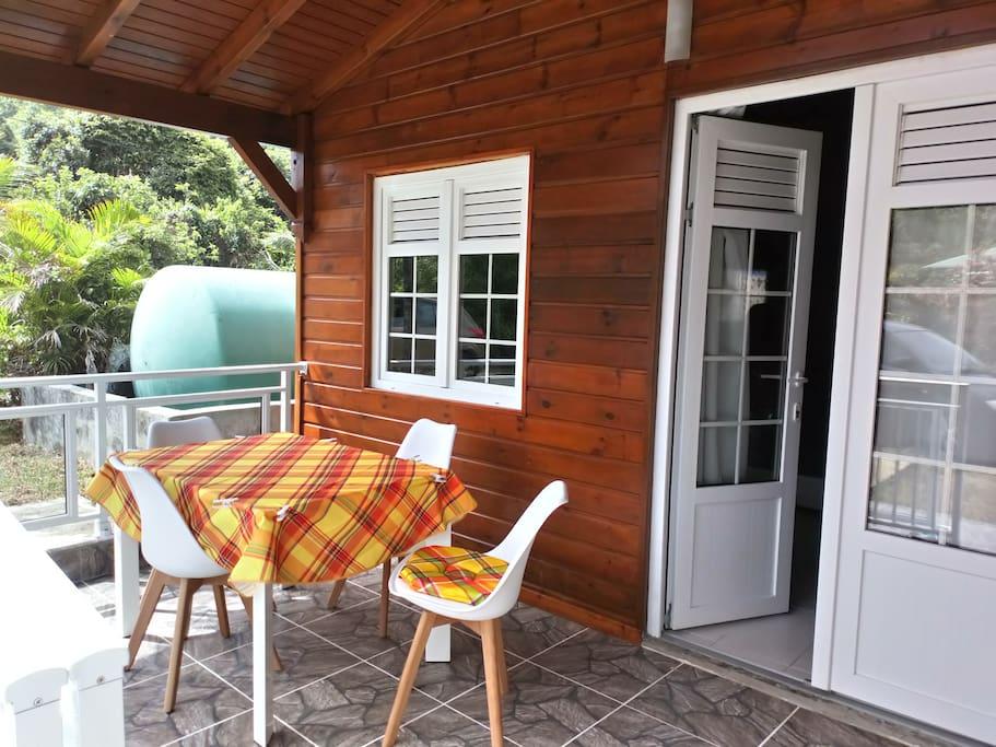 terrasse avec cuisine extérieure