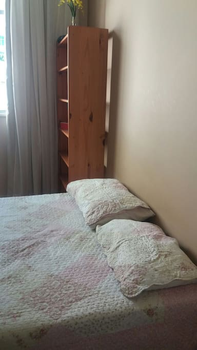 Quarto amplo, Confortavel, com cama de casal e ventilador.