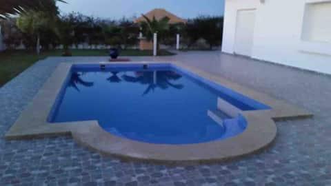 Vila su baseinu Saadia, vandens kyšulys.