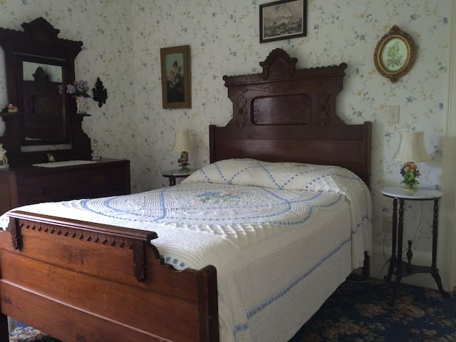 GuestRoom in the Farmhouse at Millstone Hill - Barre - Bed & Breakfast