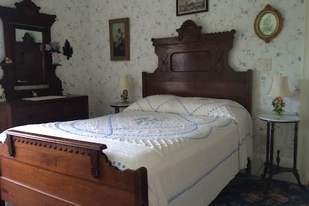 GuestRoom in the Farmhouse at Millstone Hill - Bed & Breakfast