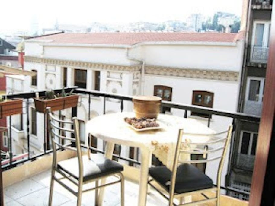 Nice balcony ,full sunshine,take your breakfast,lunch,dinner, here. Nighttime you'll like great galata bridge view.All artists are neigbours, listen birds songs in here...This house at the main street but very silence and comfortable .
