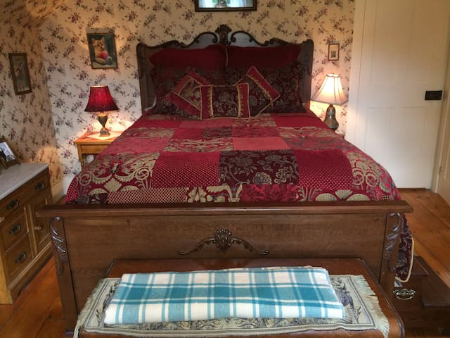 Pierre's Room in the Farmhouse at Millstone Hill - Barre - Bed & Breakfast