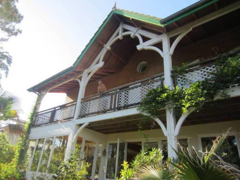 galerie couverte à l'étage, véranda au rdc et baies vitrées sur salon et séjour