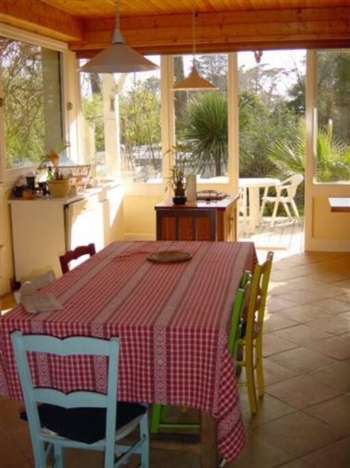 cuisine trés lumineuse ouvrant plein sud sous la galerie couverte et à l'est sur la terrasse