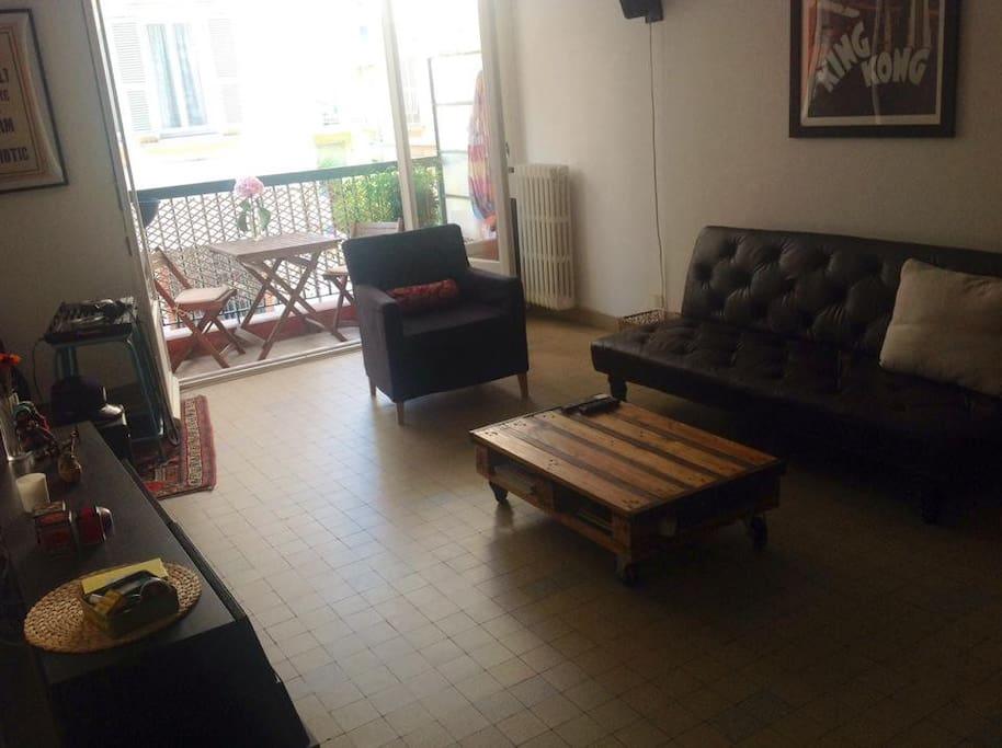 Notre salon avec son fauteuil et ses canapés.