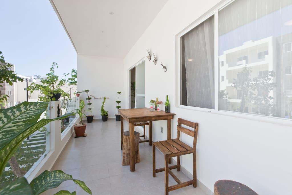 Terraza/Balcón, con mesa y sillas para pasar una linda tarde