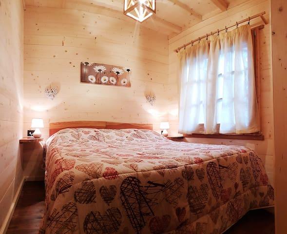 Camera con letto matrimoniale e letto a castello