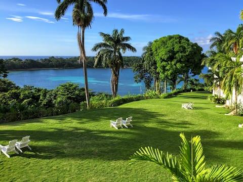Из окон открывается вид на остров с акрами садов