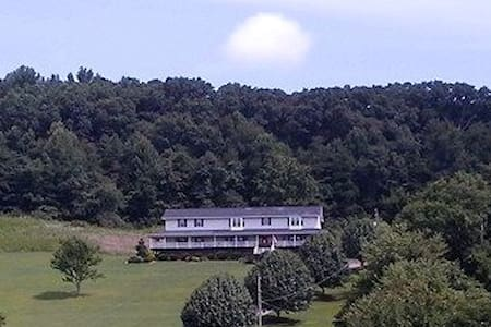Beautiful Home with Mountain Views - Kingsport - 家庭式旅館
