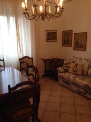 Sala con 2 divani e quinto letto