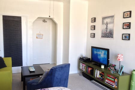 Adorable, cozy studio apartment that fits up to three people comfortably located in the center of Los Angeles. Equidistant to major highways, walking distance to the incredible art museum LACMA, and a short drive to all of Los Angeles' site seeing adventures like the Hollywood Sign, Beverly Hills, and more!