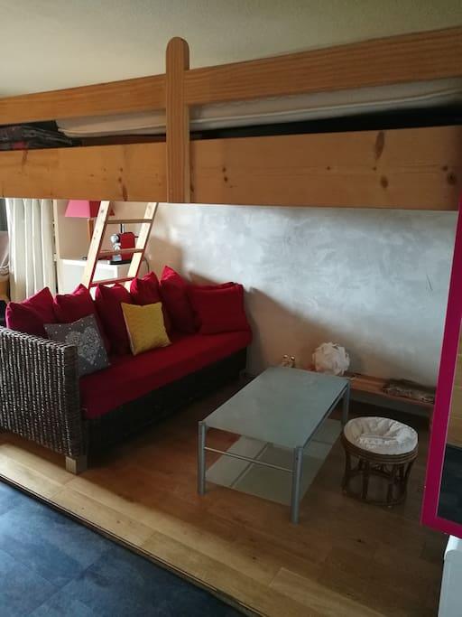 Petit salon pour se détendre en fin de journée. Et au dessus une mezzanine avec un lit King Size.