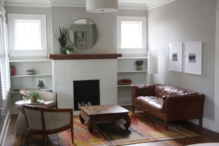 Intown Bungalow - Ideal for Super Bowl Weekend