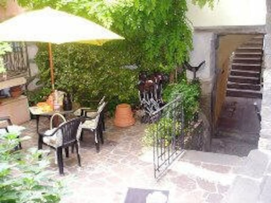 il cortile del borgo dei Lantieri