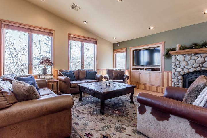 Pristine Townhome with shared Hot Tub and stunning views of the Sherwin Mountains