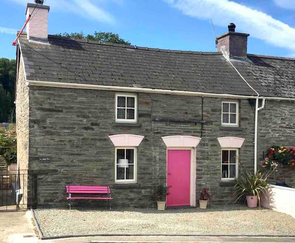 Country Cottage in Village Centre nr Cenarth Falls