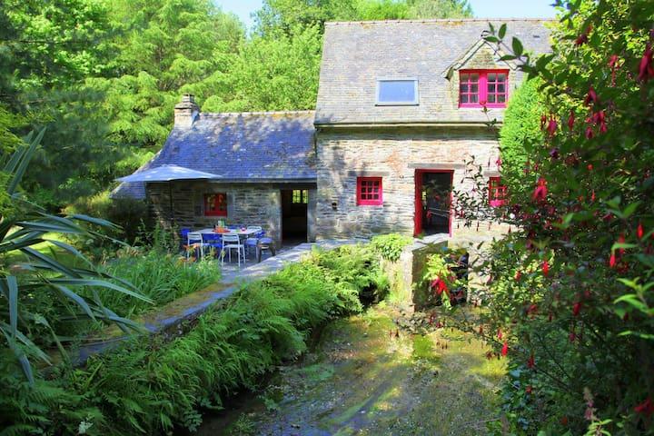 Séjour charme au Moulin de Beuzidou - Saint-Urbain - House