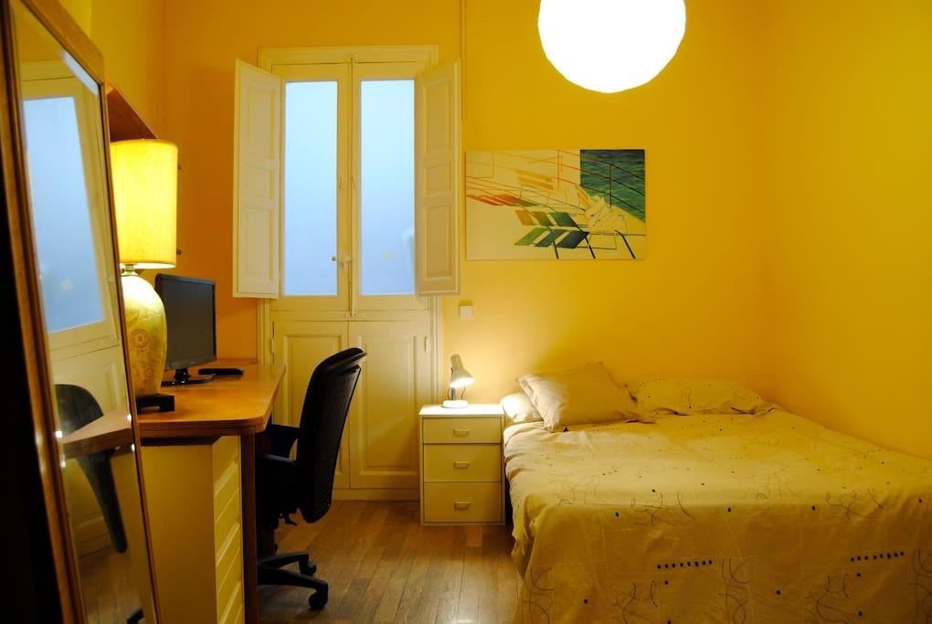 Habitaci n doble en pleno centro bed and breakfasts en for Habitacion cuadruple madrid