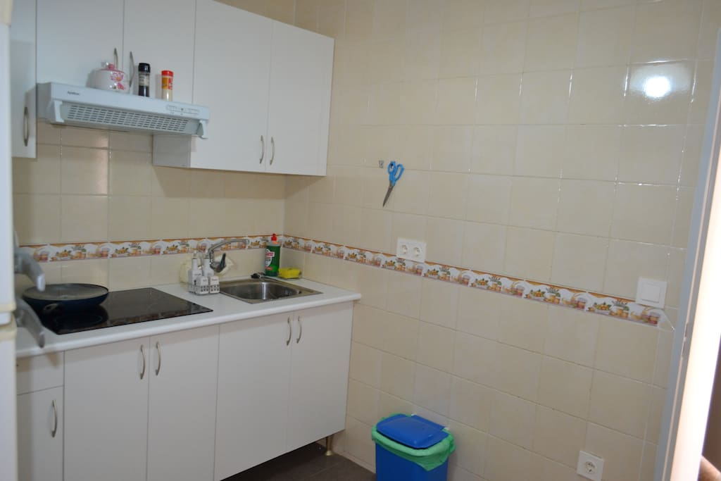 кухня (холодильник, микроволновая печь посуда и пр)