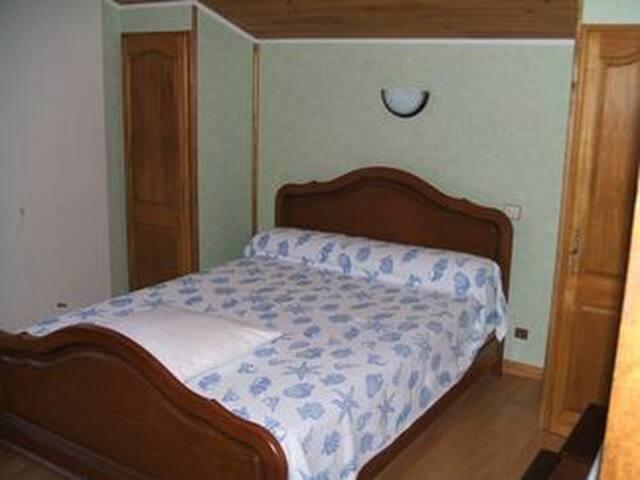 chambre avec vrai lit, matelas changé recemment, 140x190, meubles rangement et penderie