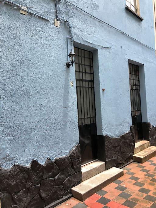 CUARTO INDEPENDIENTE EN PRIVADA ANTIGUA  Cuarto independiente  en privada antigua ,  cuenta con todas las comodidades para que pases una estancia agradable . La privada esta situada a una cuadra del metro Cuauhtemoc y del Mercado Juarez , cerca de ella tienes la Alvaro Obregon (Colonia Roma ) a 5 min caminado , Reforma a 7 min caminado y Bellas Artes a 15 minutos caminando , Zona Rosa 7 min caminando  la Colonia Juarez es una zona tranquila llena de restaurantes , teatros , cafeterias y bares .    El anfitrion por lo regular  tiene tiempo libre  asi que puede en ocaciones por con un cargo extra  de llevarte a diferentes sitios :Las Piramides, Ciudad Universitaria , Coyoacan etc.