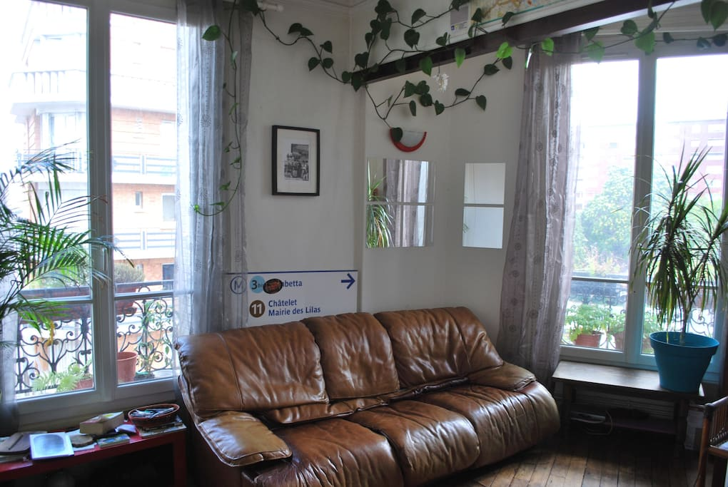 Un appartement très lumineux et de confortables canapés...