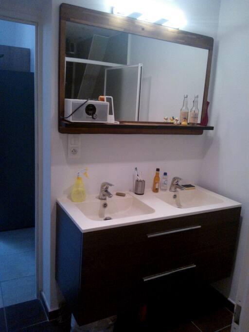 Salle d'eau avec double vasque, douche et WC fermé