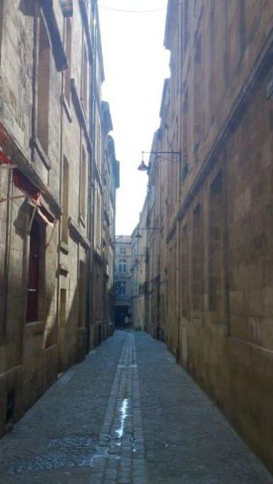 Rue entre deux murs