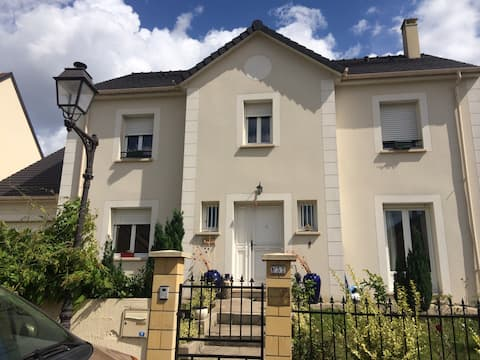 Charming independent house near Paris