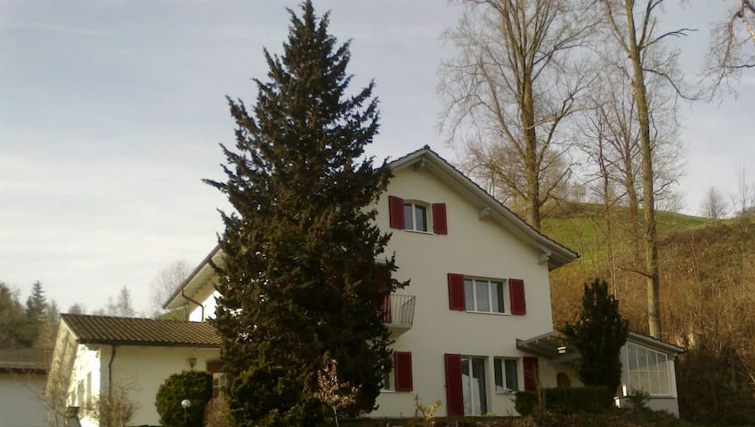 Pastor's house between two touristic cities - Hüswil - Huis