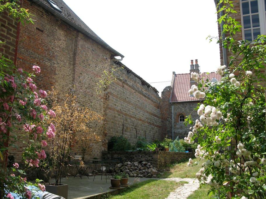 Côté jardin, murs de pierres médiévaux.