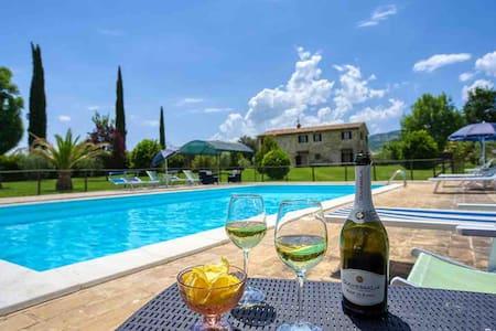 Agriturismo vicinissimo ad Assisi con piscina!!