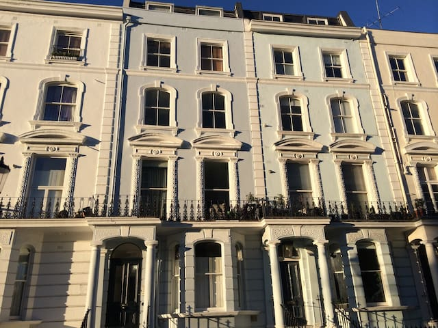 NOTTING HILL 2 bed balcony flat JANUARY OFFER