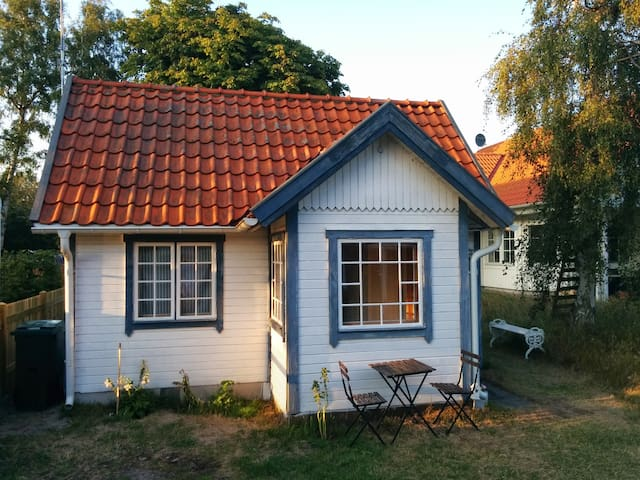 Cute and clean cottage by the sea - Falsterbo - กระท่อม