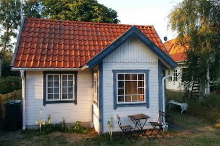 Cute and clean cottage by the sea - Falsterbo - 小木屋