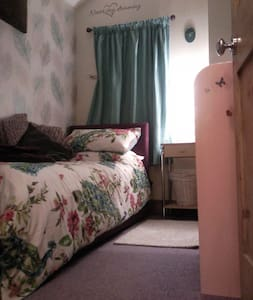 Cozy, quirky 'little' room and breakfast. :D - Ipswich - Casa
