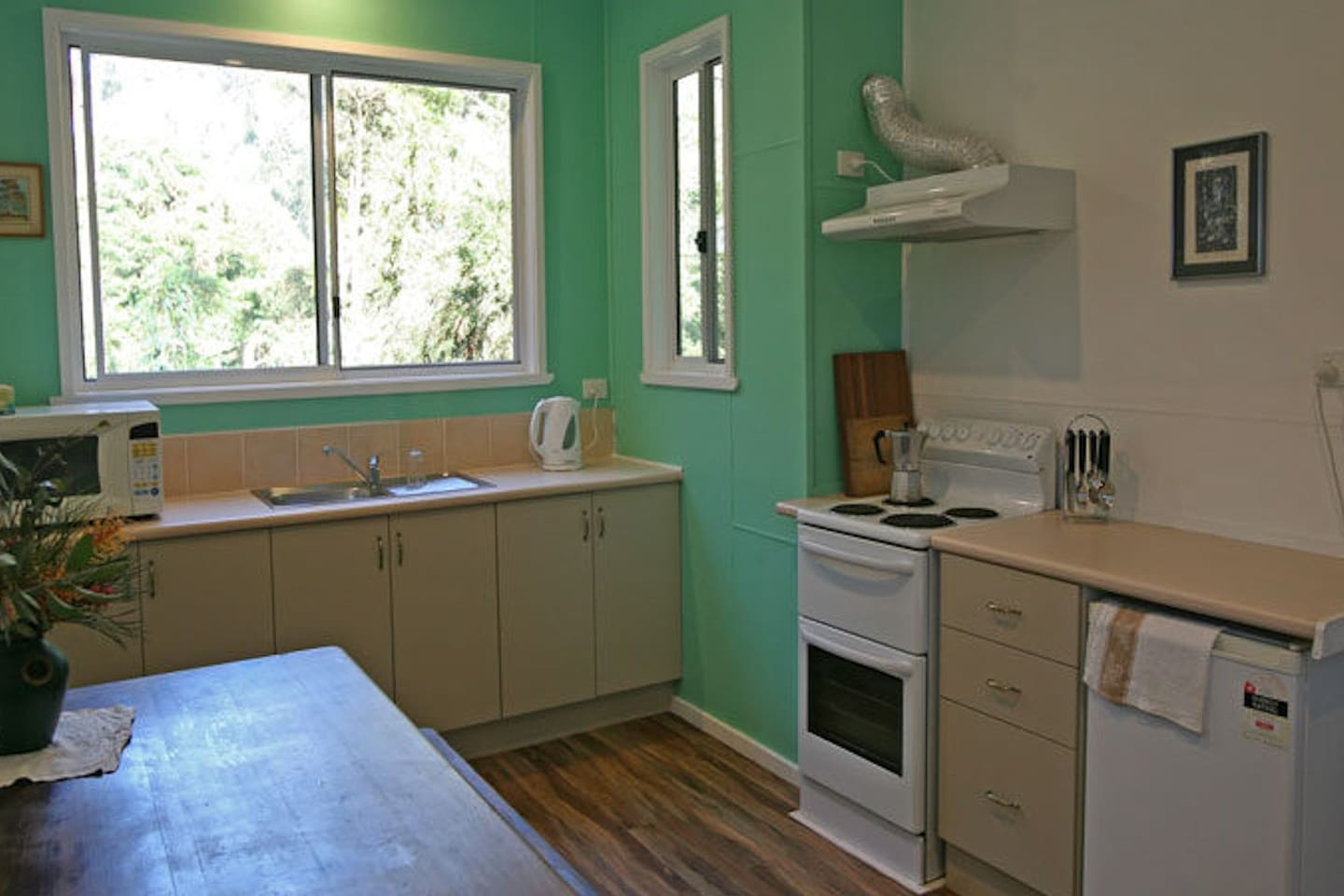 Fresh and clean kitchen - has all you need!
