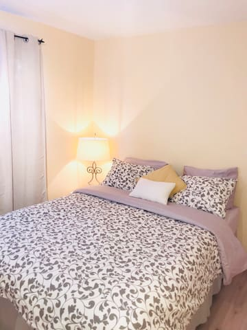 Cozy bright bedroom, has a large window, lots of natural light. High quality sheets and comfy queen sized mattress for a perfectly restful night! We often have guests commenting they have never slept in a more comfortable bed :-) Also has a large closet with plenty of shelving for longer stays.