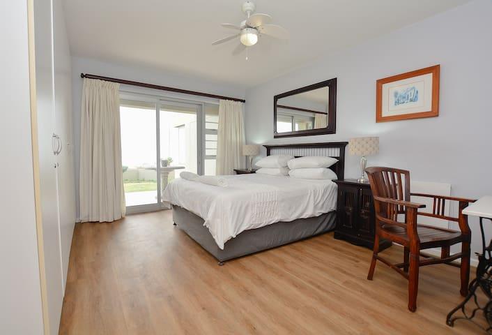 Beachfront, Blouberg +Free Wifi Three Bedroom