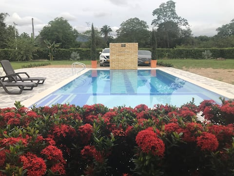 Beautiful country house with air conditioning, pool,pool table