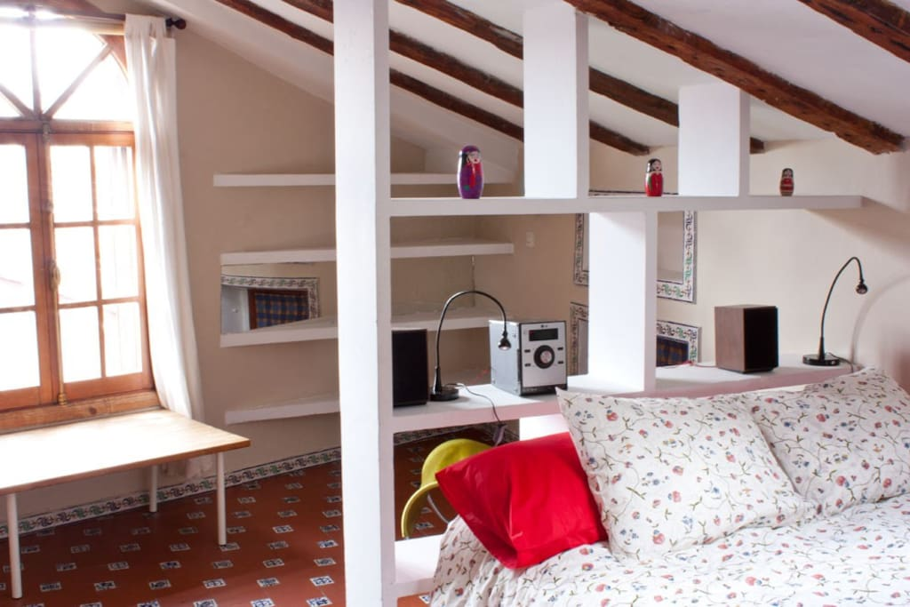 Large double bedroom (with room for 2 extra single beds) - Dormitorio con cama doble (y sitio para 2 camas senciillas extras)