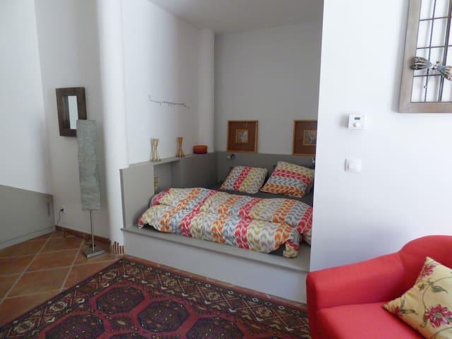 Queen size bed / lit de 160 cm.