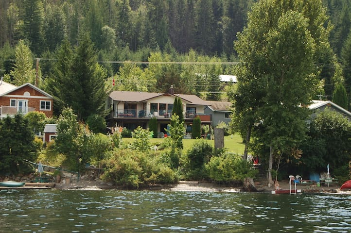 Gorgeous 4 Bedroom Lake-Front Home on Shuswap - Blind Bay - Hus